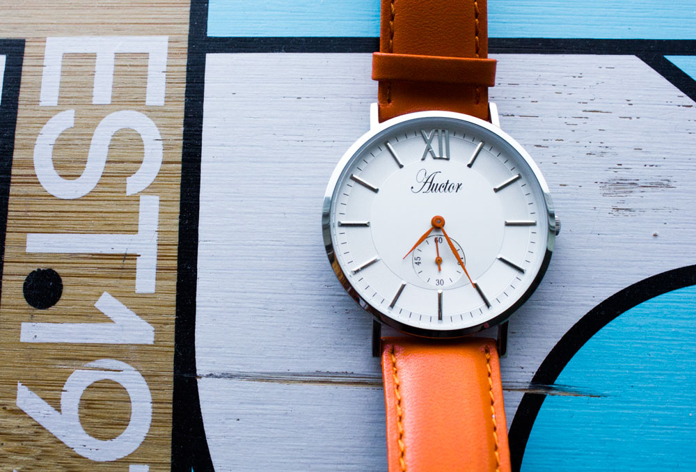 Montre Auctor modeuse orange de près