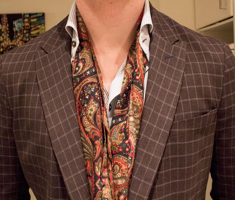 comment porter le foulard en soie pour homme avec style
