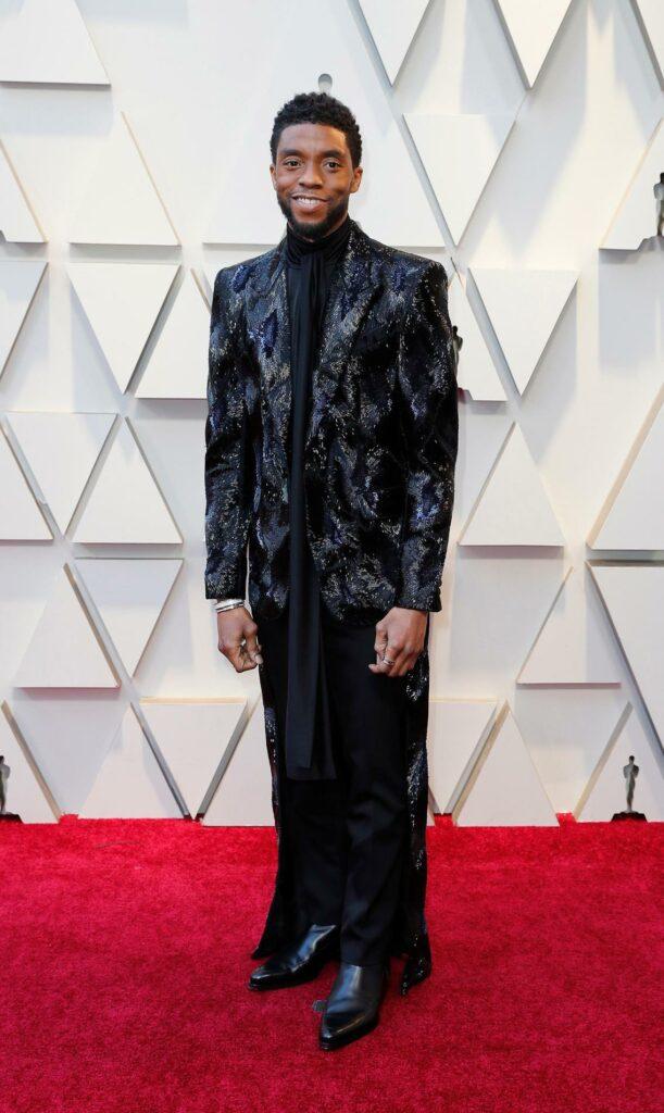 Chadwick Boseman avec une sorte de mix entre un vieux smoking et une tenue africaine de dictateur. J'adore!