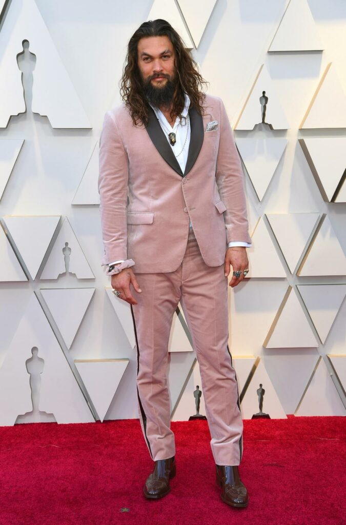 Jason Momoa avec un costume en velour rose