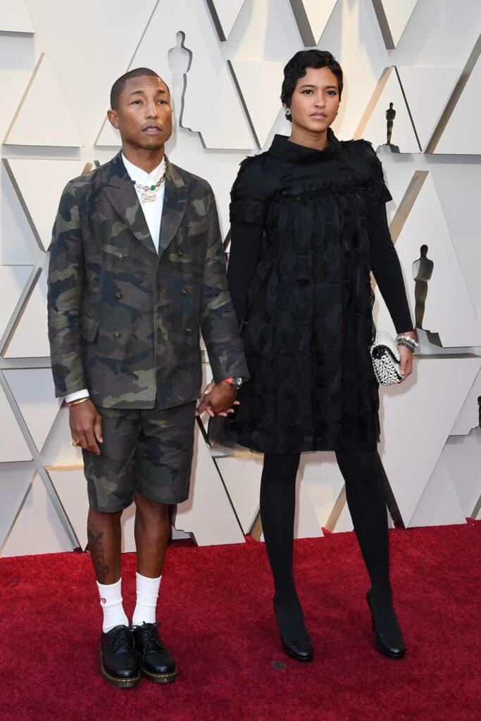 Pharrell Wilians dans un costard camouflage avec des shorts.